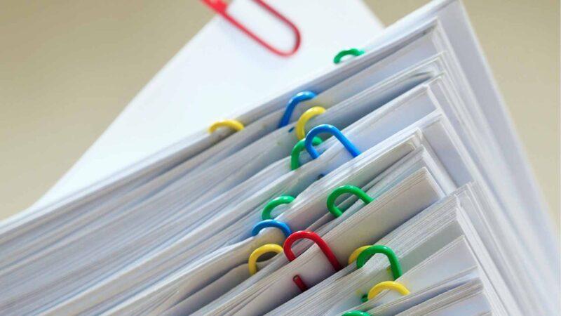 Uma pilha de documentos